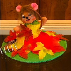 AnnaLee Mouse Racking Fall Leaves